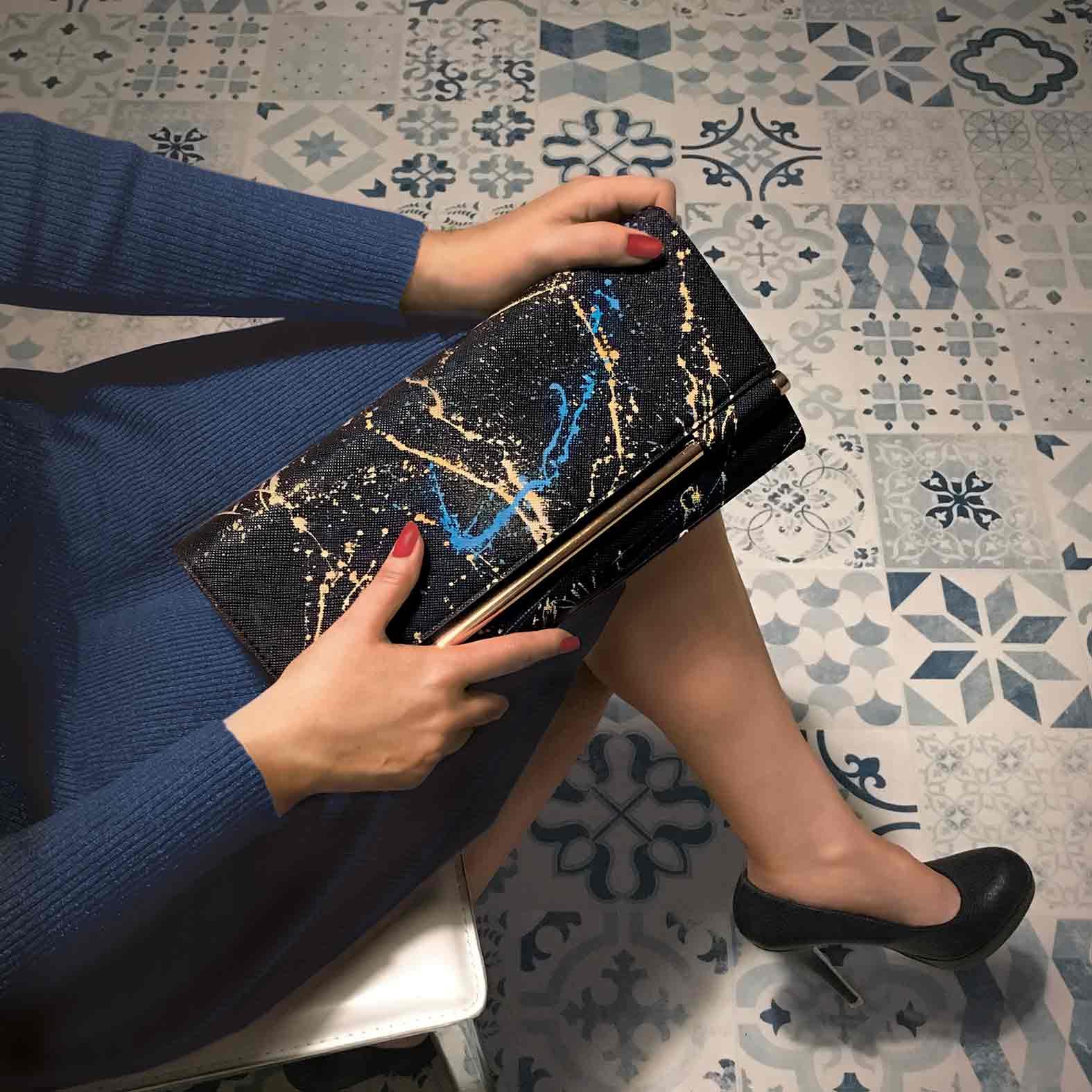 """""""Modelo con bolso negro pintado a mano estilo moderno by dokidokiplanet.com"""""""