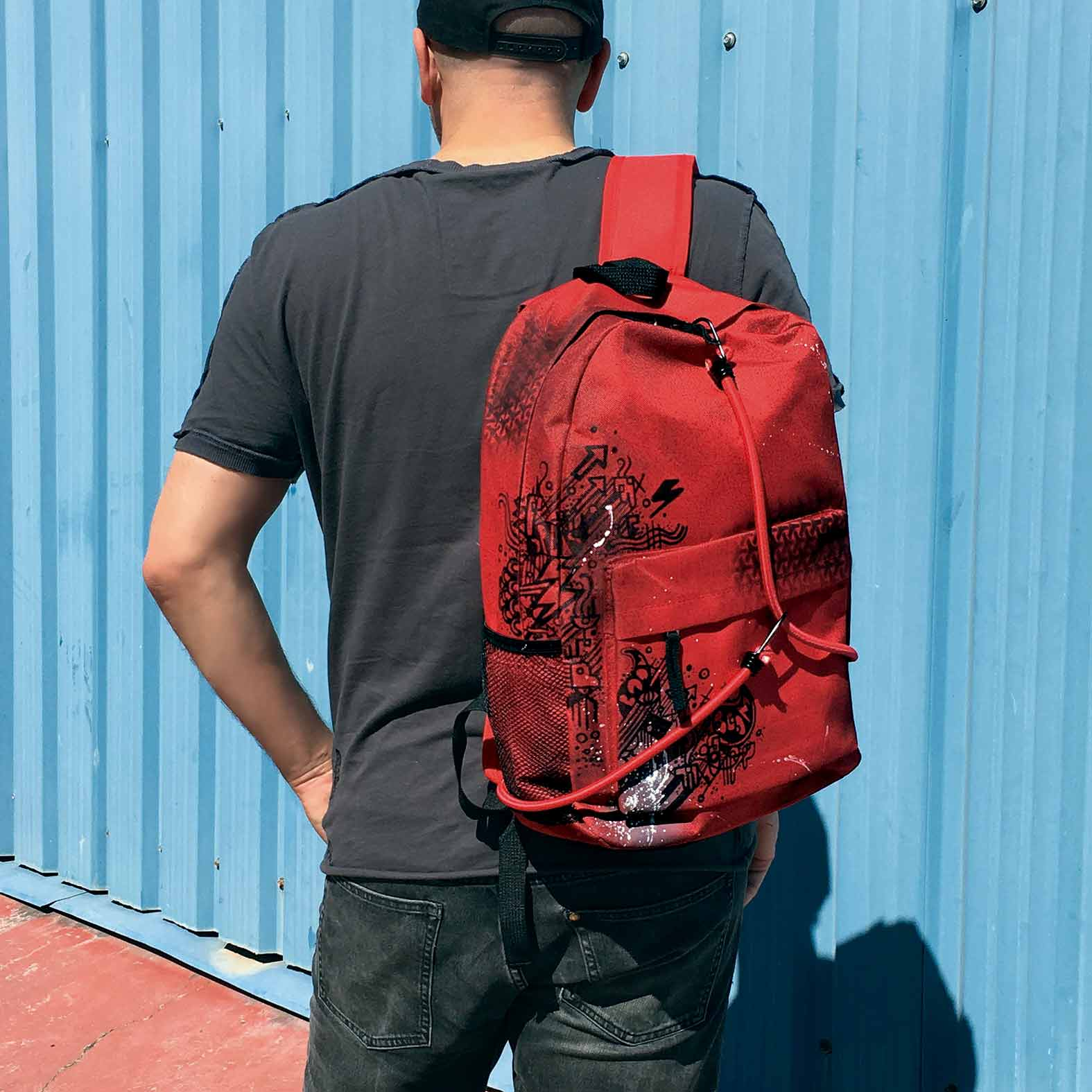 """Modelo con mochila pintada Brainstorming roja de Dokidoki Planet"""